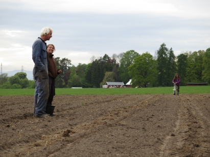 Gartneren på Århus, Tom Harald Eckell, er imponert over innsatsen på Osebakken. Ikke rart at Bente smiler.