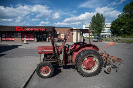 For første gang innom butikken med traktor.
